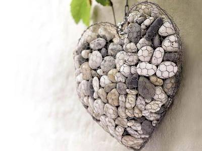 Fill sto<em></em>nes and pebbles into the chicken wire mesh made heart shaped decoration.