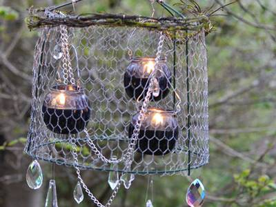 Three bottles contain three candles. They are protected by chicken wire mesh lamp, decorated with crystal.