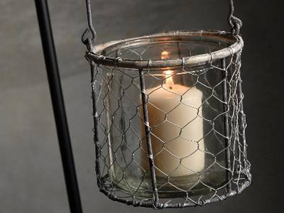By wrapping a mason jar with chicken wire mesh, a decorative candle bottle is completed.